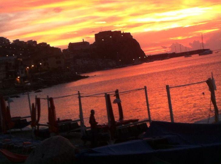 Questa sera dalle 21.00 cena in riva al mare di CHIANALEA su prive lounge - prenotazioni al 3299893032