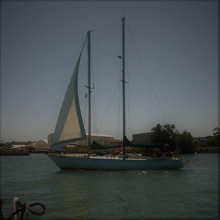 """[ Albelimar III, goletta d'epoca]  - Con Albelimar III, si può partecipare a regate storiche, in quanto è una  goletta storica del 1979.  Per il mese di luglio e agosto, la base di imbarco e sbarco sarà Torre Annunziata.   - Albelimar III e' uno Sciarelli 50, chiamato goletta di strallo. La barca è per veri intenditori, poiché appartiene alla classe di barche storiche, che possono partecipare insieme alle """"signore"""" del mare.  E' stata progettata da uno dei massimi Progettisti italiani quale è stato Carlo Sciarrelli. Offre spazi ampi, con interni eleganti e di una comodità particolare, che le consentono di affrontare crociere anche fuori degli schemi tradizionali. Possibilità di imbarcare 8 persone in 4 cabine doppie (di cui solo una è matrimoniale).  E' dotata di tutte le più moderne apparecchiature di navigazione. A bordo, inoltre, ci sono, acqua calda, impianto stereofonico e TV, spazi prendisole, troverete anche il necessario per pescare e per lo snorcheling.  http://www.mariposasailing.it/album/1861802730756779"""